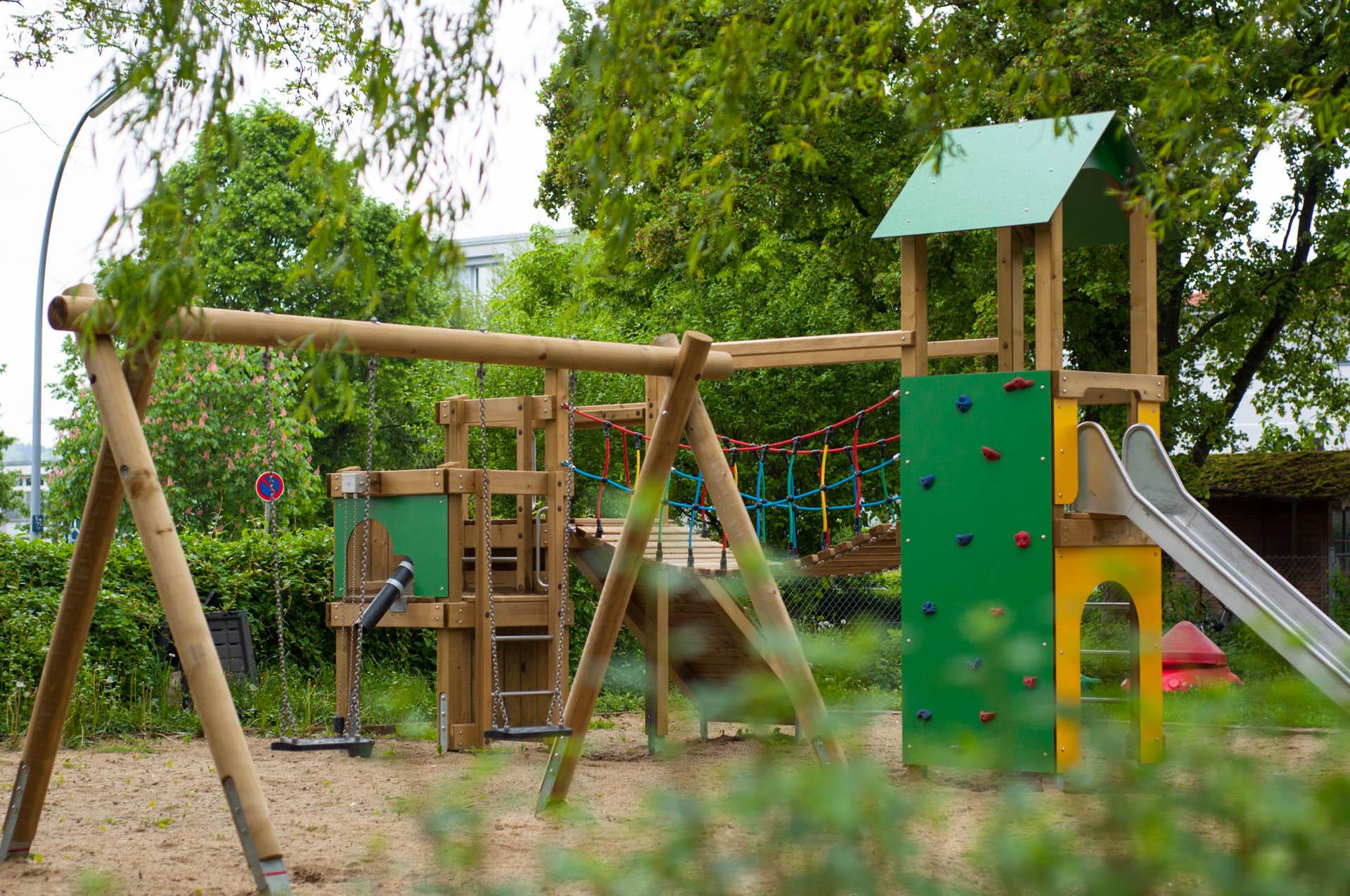 игровой комплекс на детской площадке