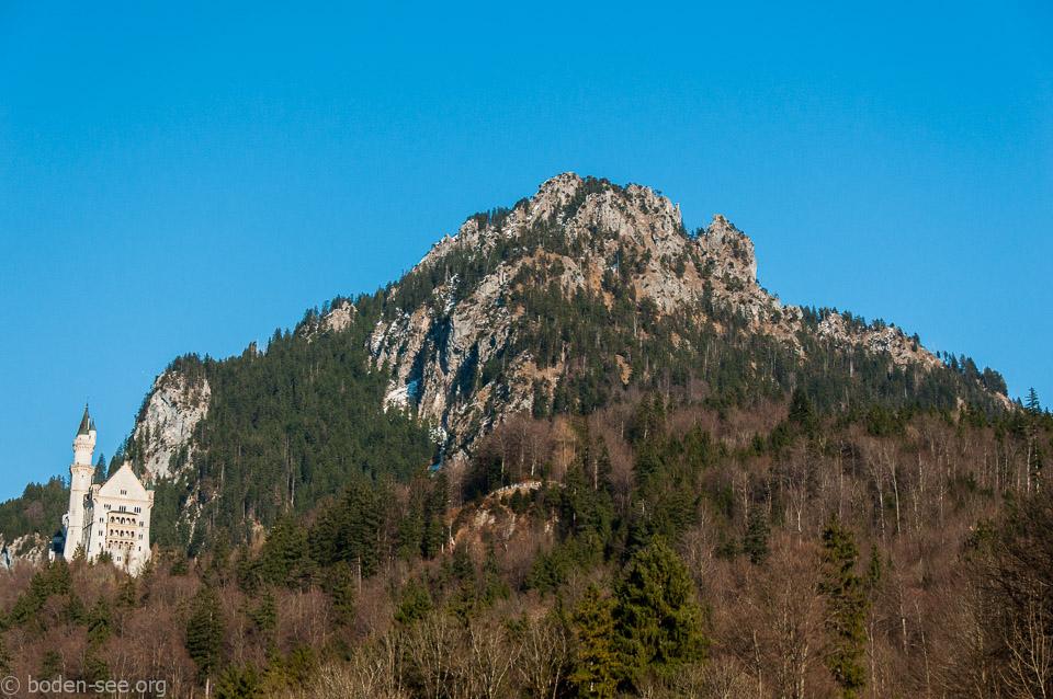 Нойшванштайн на фоне горы Тегельберг