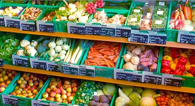 Лавка овощей и фруктов в Германии