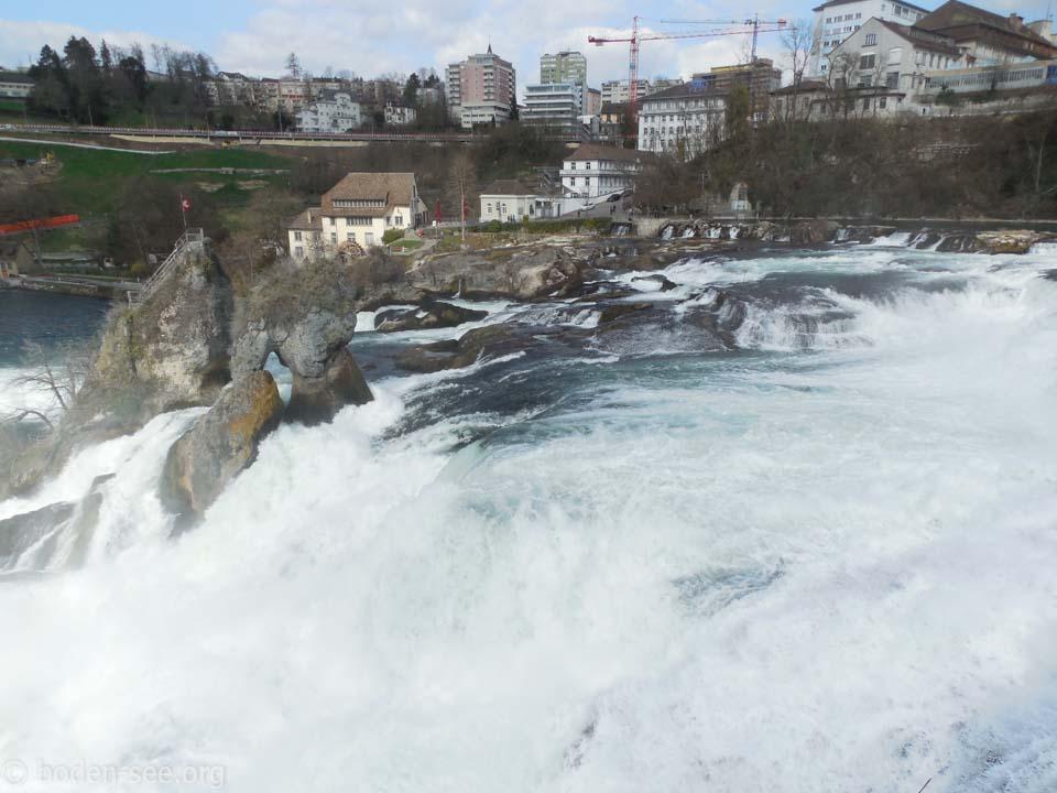 Вид на Рейнский водопад со стороны замка Лауфен